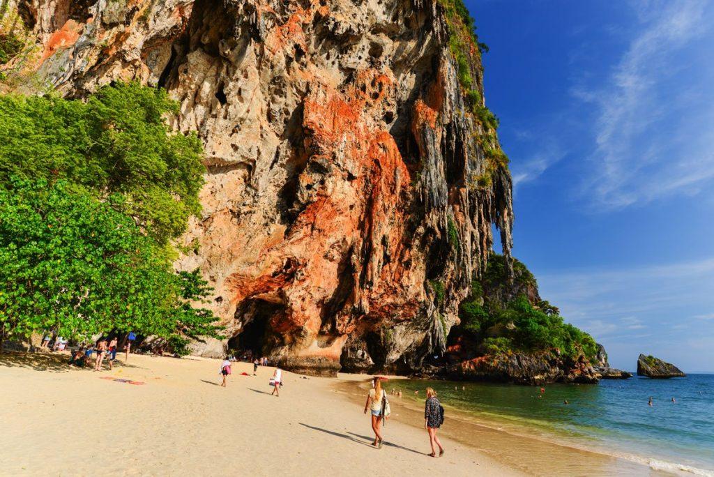 หาดถ้ำพระนาง เหยียบหาดทรายสีขาวทะเลสีฟ้าใสตามหาสิ่งมหัศจรรย์